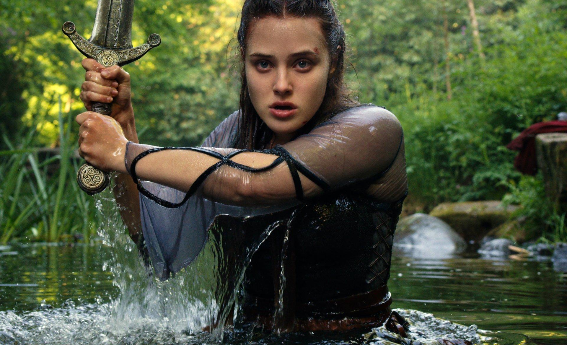 Cursed: prime immagini della serie Netflix con Katherine Langford